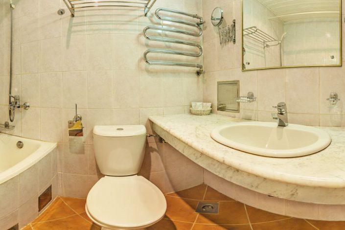 Туалетная комната Стандартного одноместного номера с балконом в корпусе Салют санатория Мыс Видный