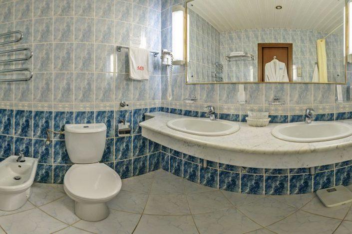 Туалетная комната номера Люкс двухместный двухкомнатный в корпусе Салют санатория Мыс Видный