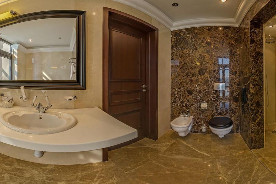 Туалетная комната номера Люкс двухместный трехкомнатный в корпусе Олимп санатория Мыс Видный