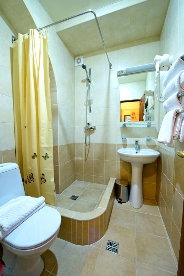 Туалетная комната в номере отеля Наири