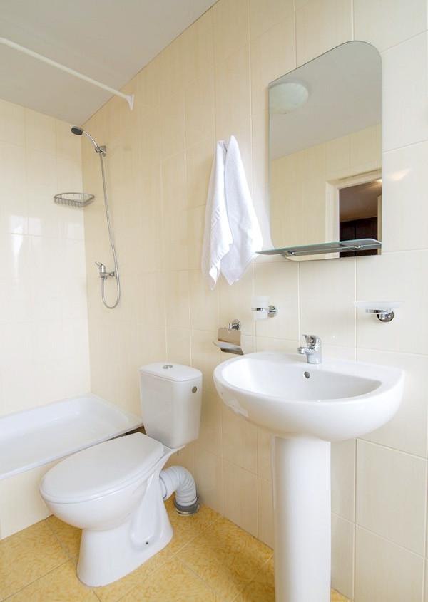 Туалетная комната номера Стандарт пансионата Нева