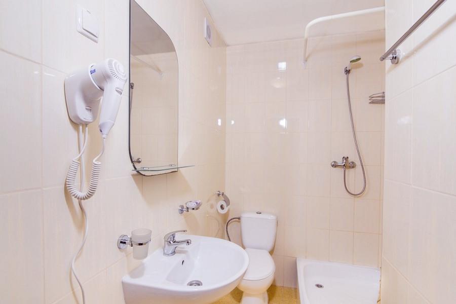 Туалетная комната номера Стандарт Улучшенный пансионата Нева