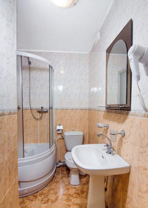 Туалетная комната номера Стандарт Семейный пансионата Нева