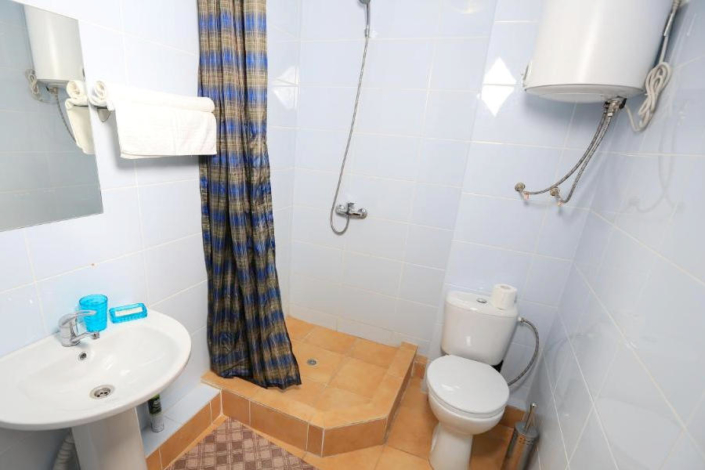 Туалетная комната Стандартного номера отеля Никополи, Новый Афон, Абхазия