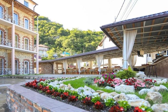 Территория и кафе отеля Никополи, Новый Афон, Абхазия