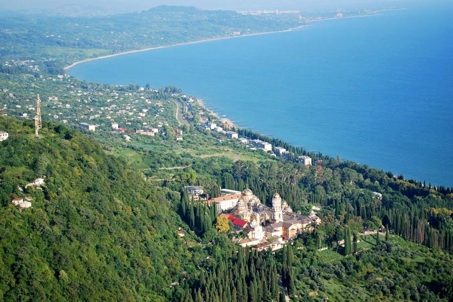 Вид на Новый Афон и Черное море с высоты птичьего полета