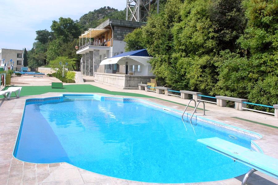 Открытый бассейн на пляже санатория Нижняя Ореанда