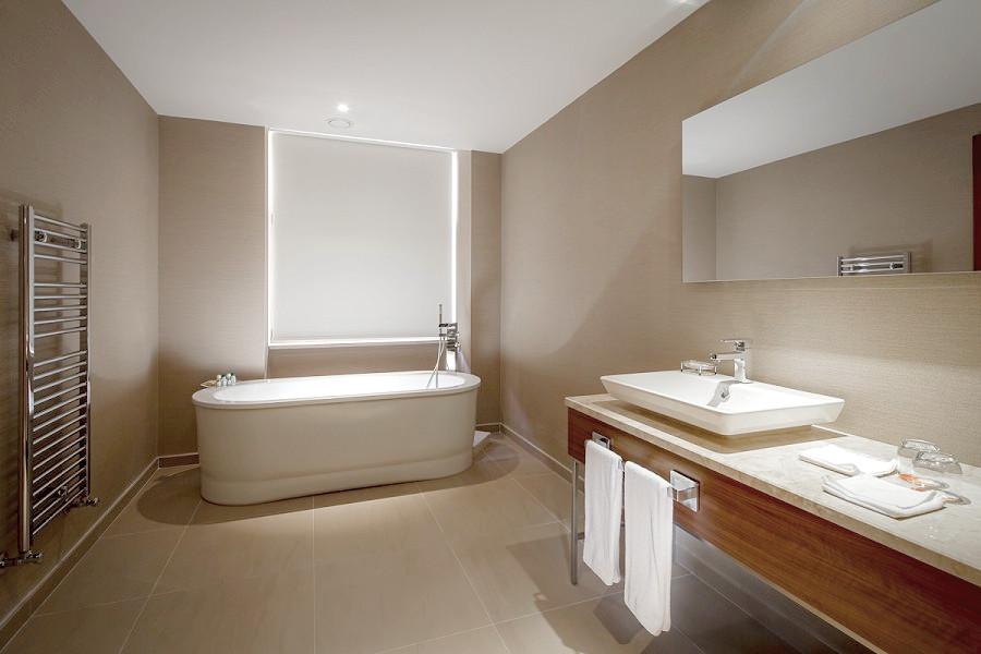 Ванная комната номера Люкс Супериор Novotel Congress Krasnaya Polyana