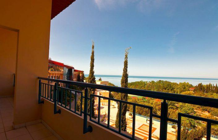 Вид на парк и море с балкона номера Люкс санатория Одиссея, Лазаревское, Сочи
