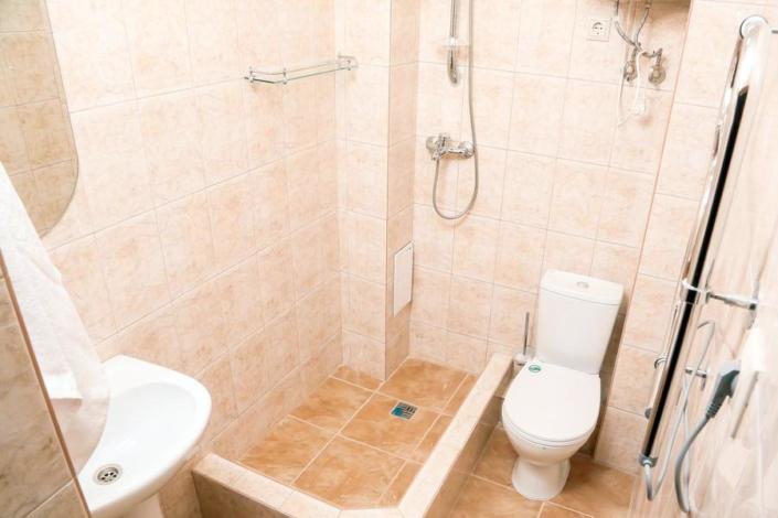 Туалетная комната номера Полулюкс Old Gagra Hotel