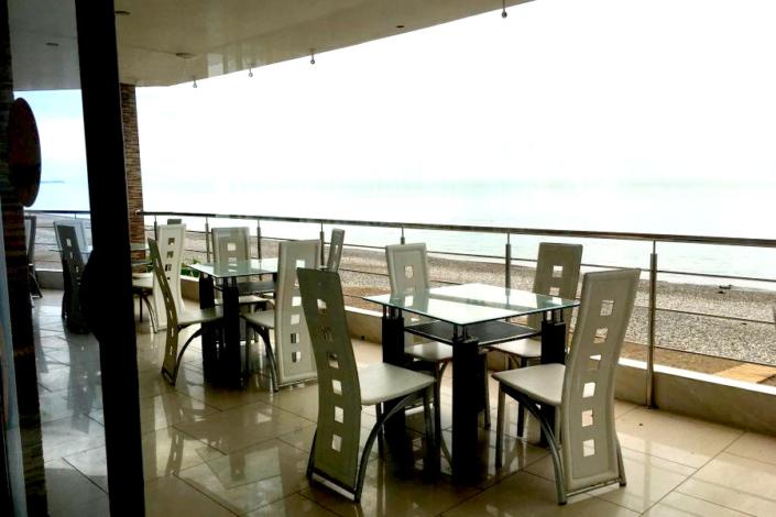 Веранда ресторана с видом на море и пляж Гагры
