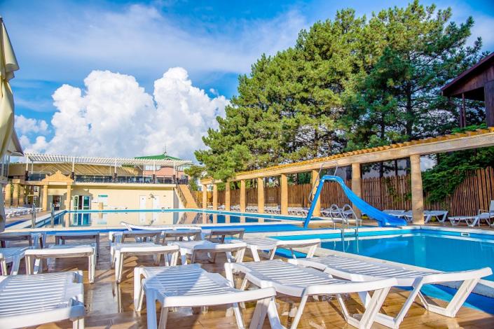 Зона отдыха у бассейна отеля Олимп