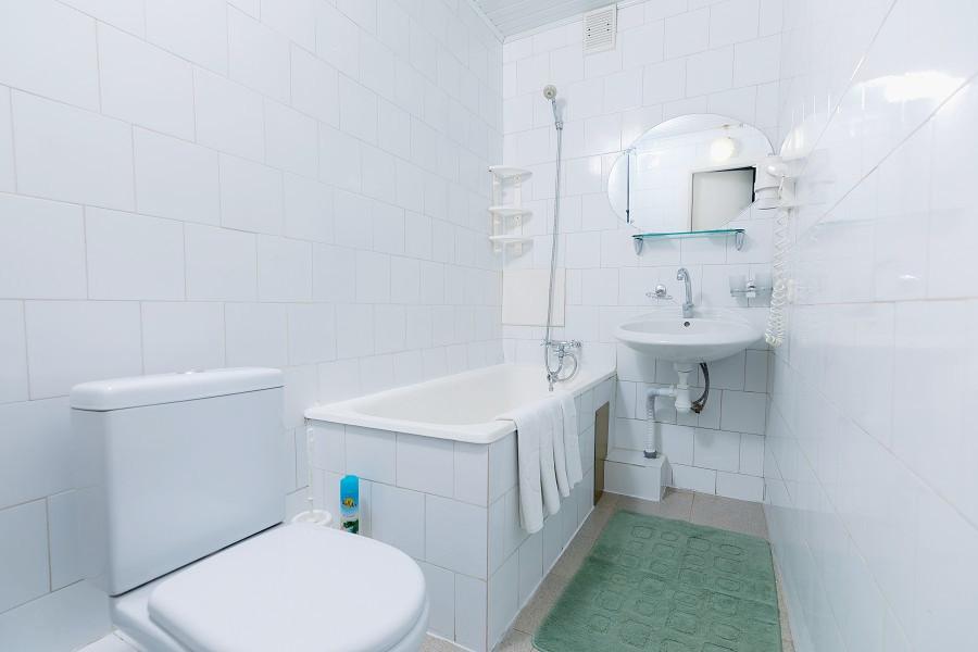 Туалетная комната Семейного номера в Корпусе 1 отеля Orchestra Crystal Sochi Resort
