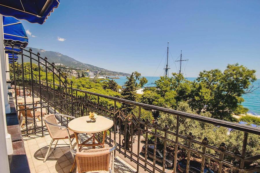 Балкон номера Премьер с видом на море в отеле Ореанда