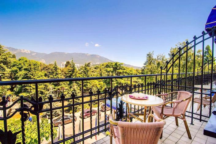 Балкон номера Люкс с видом на горы в отеле Ореанда