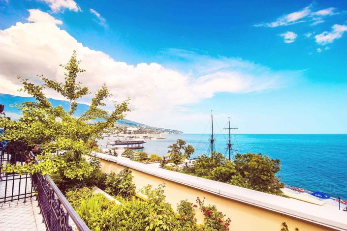 Балкон номера Люкс с видом на море в отеле Ореанда