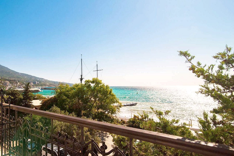 Вид с балкона апартамента Асса в отеле Ореанда