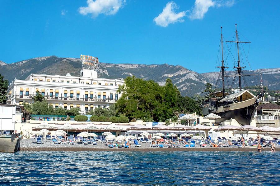 Вид с моря на пляж и отель Ореанда, Ялта, Крым