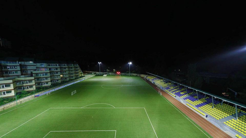 Футбольное поле вечером