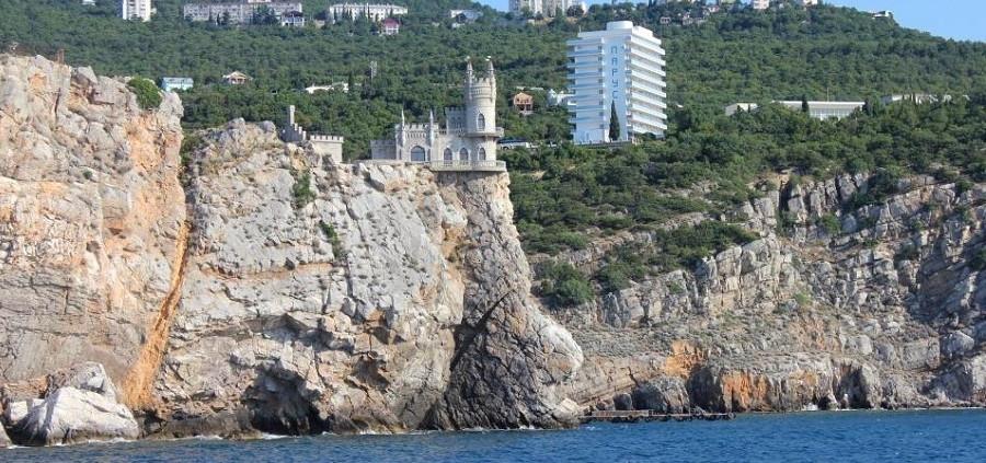 Вид на замок Ласточкино гнездо и санаторий Парус, Крым, Ялта, Гаспра