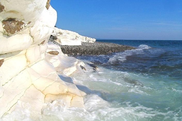 Пляж Белые скалы на окраине поселка Цандрипш, Абхазия