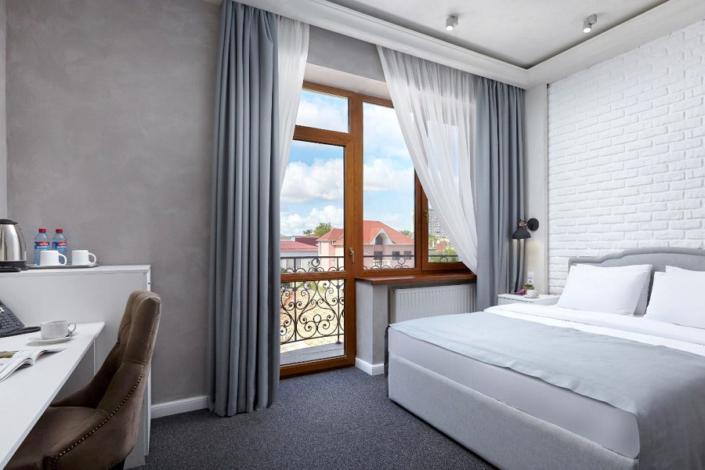 Стандарт Улучшенный двухместный с балконом в отеле Петр