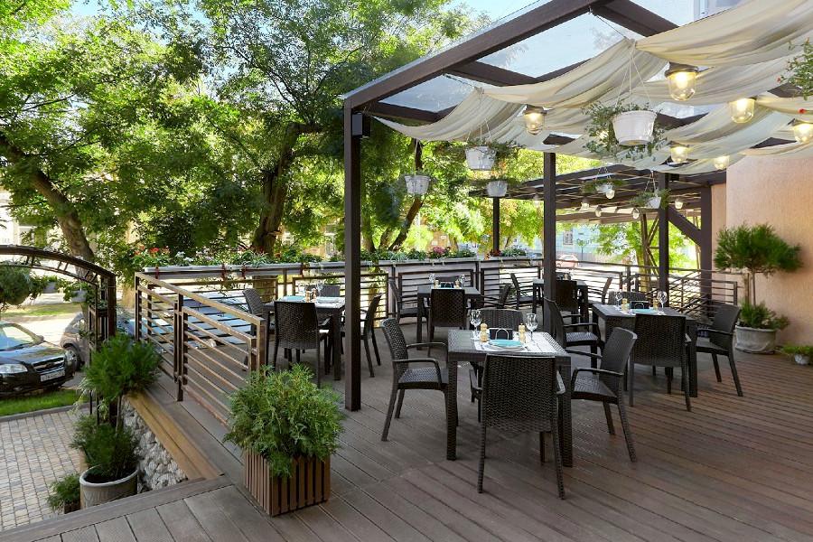 Веранда ресторана Be Family в отеле Петр