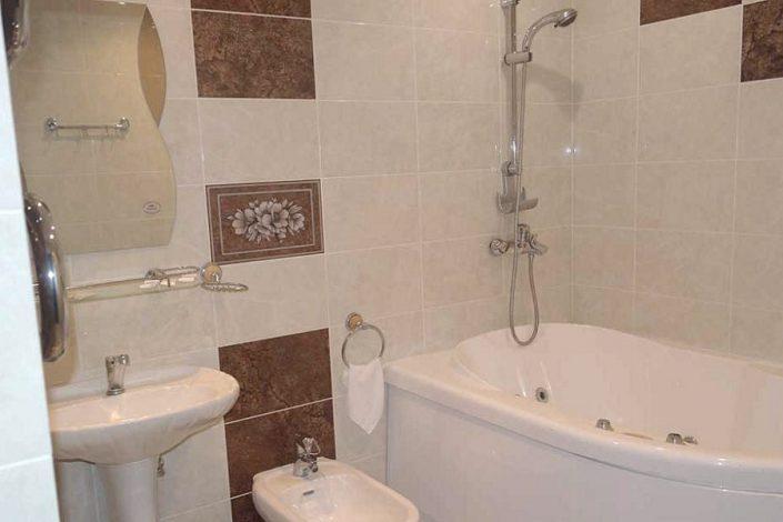 Туалетная комната номера Люкс отеля Пирамида, Красная Поляна, Сочи