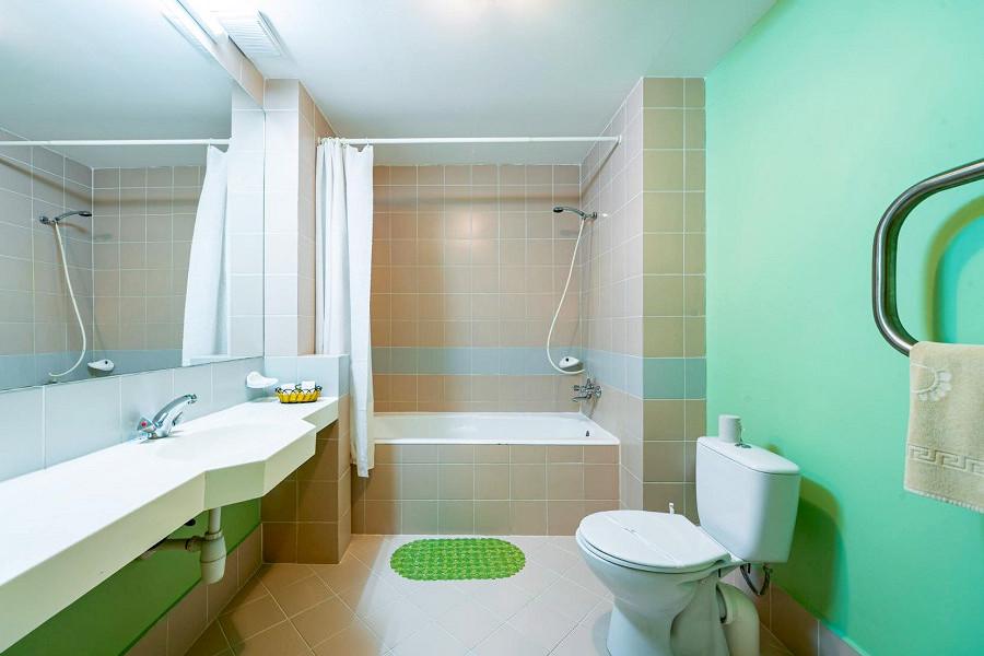 Туалетная комната номера Полулюкс в пансионате Планета