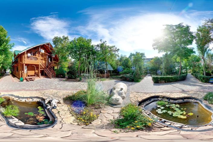 Территория и деревянный коттедж санатория Полтава-Крым