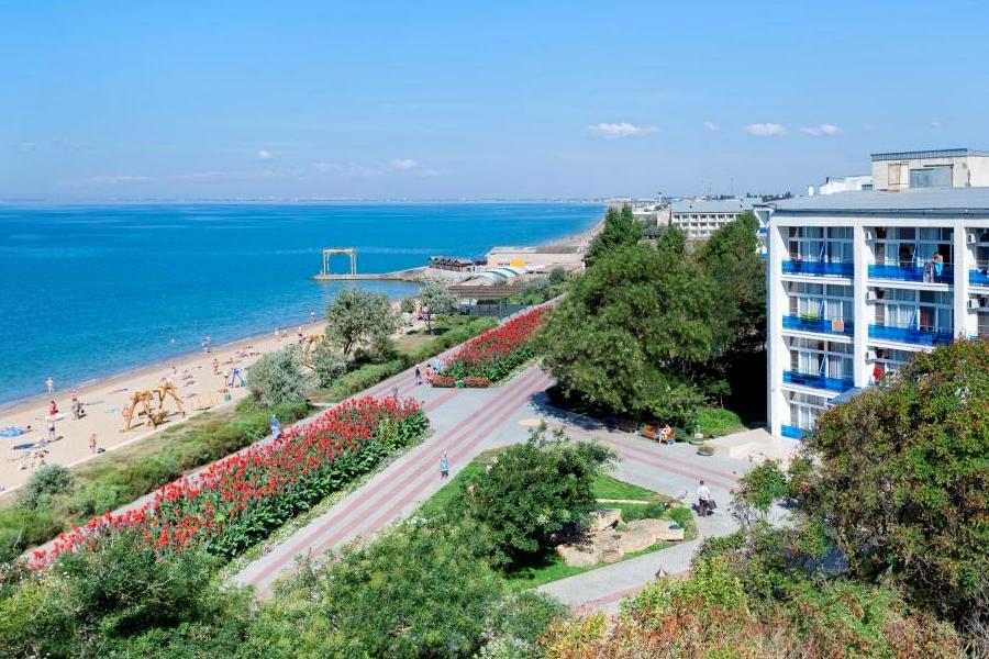 Набережная и пляж санатория Полтава-Крым