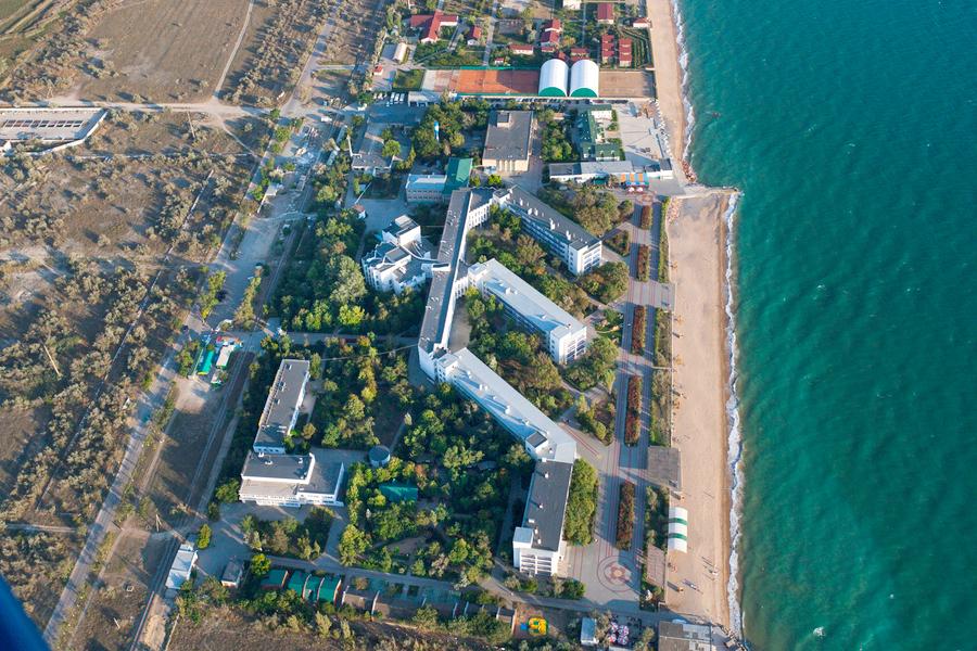 Вид на территорию и пляж санатория Полтава-Крым