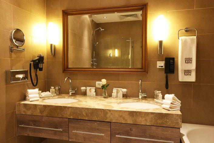 Туалетная комната номера Полулюкс гостиничного комплекса Поляна 1389 Отель и Спа, Красная Поляна, Сочи