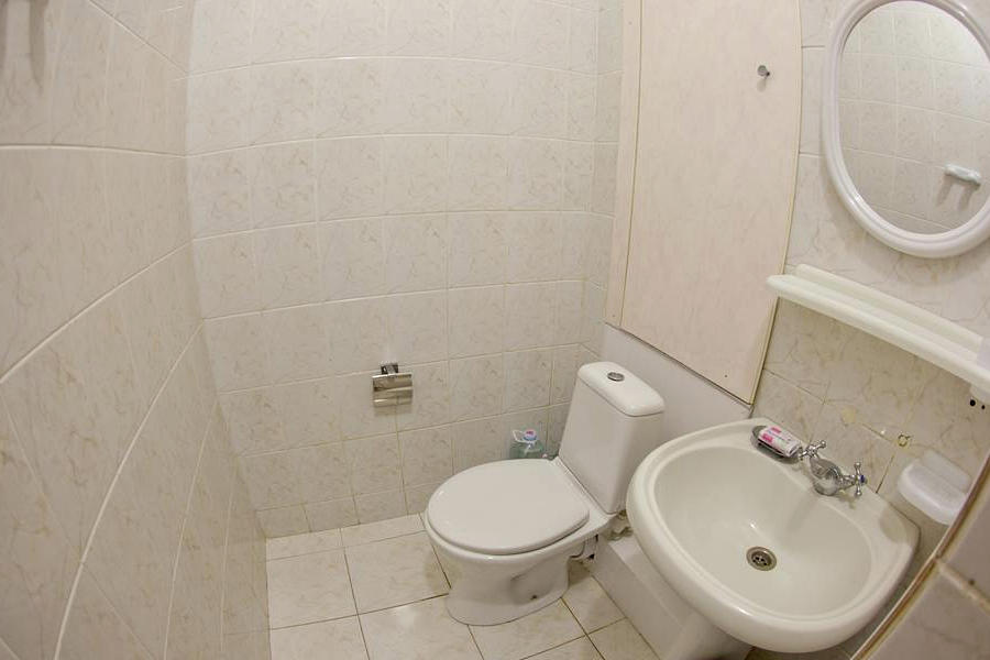 Туалетная комната Стандартного двухкомнатного номера в Главном корпусе санатория Приморский