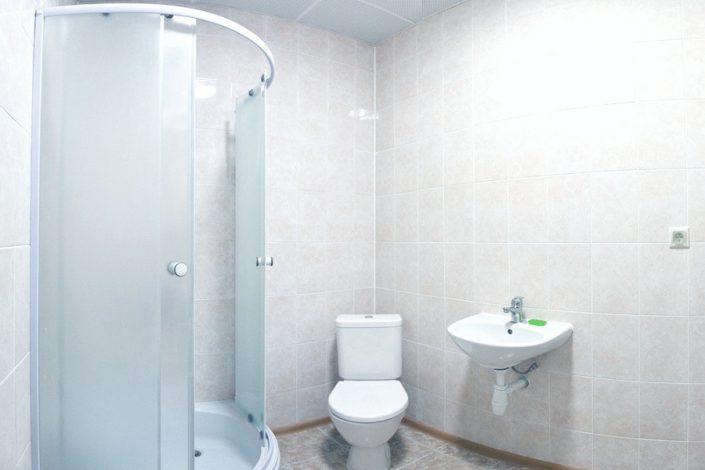 Туалетная комната в хостеле на 4 места отеля Приют Панды