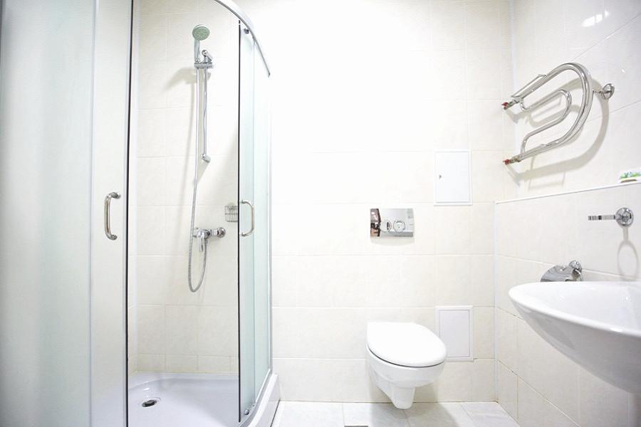 Туалетная комната в хостеле на 8 мест отеля Приют Панды