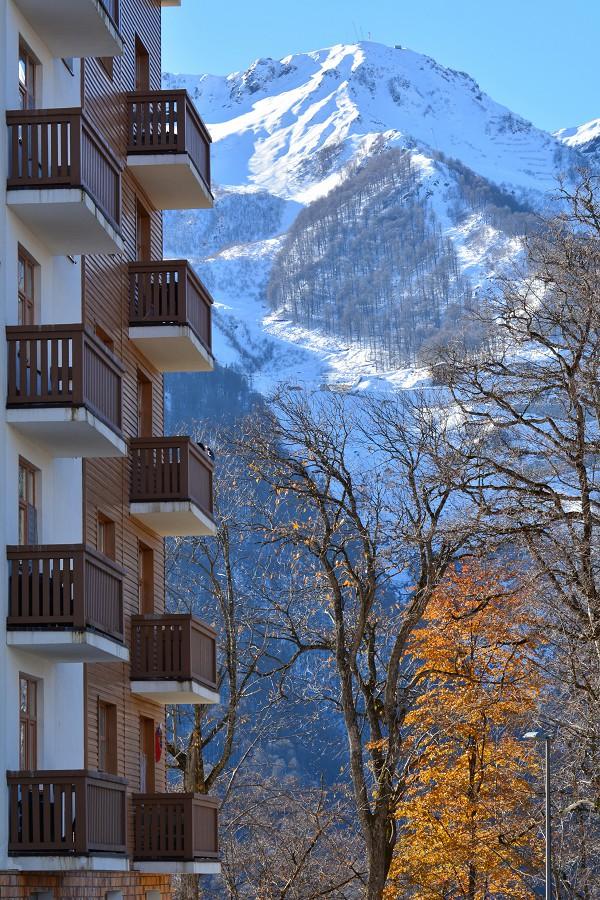 Вид на горы окружающие Розу Хутор