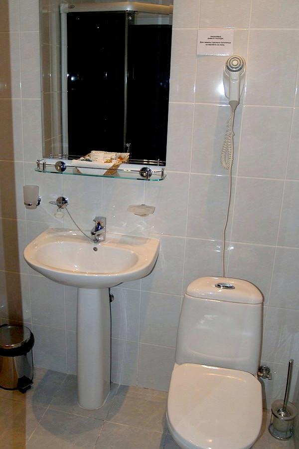 Туалетная комната номера Сюит Мансардный в Коттедже отеля Прометей клуб