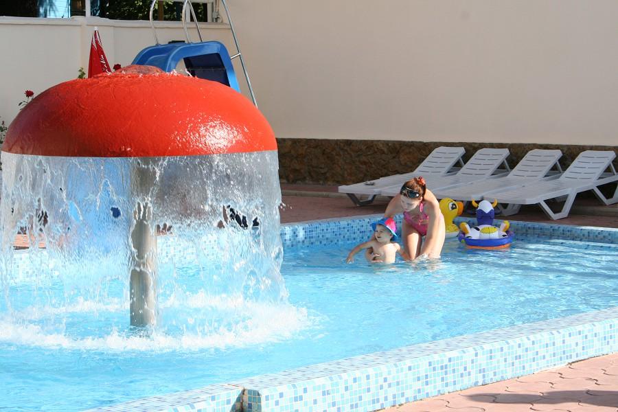 Детский бассейн на территории отеля Прометей клуб