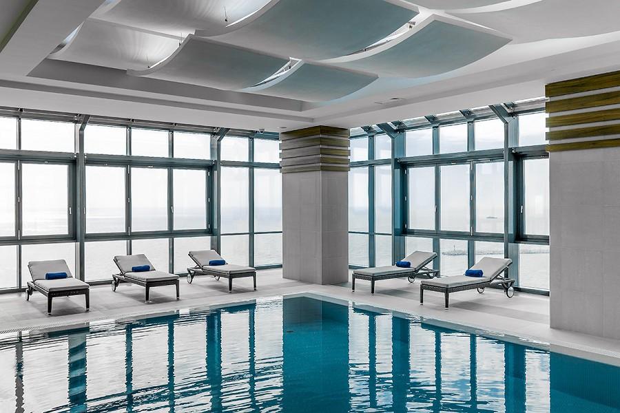 Бассейн на 16 этаже отеля Pullman Sochi Centre