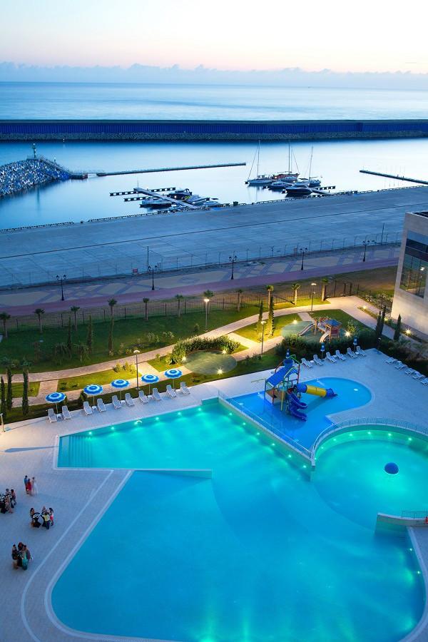 Вид на море и бассейн из окон номера отеля Radisson Blu Resort & Congress Centre Sochi
