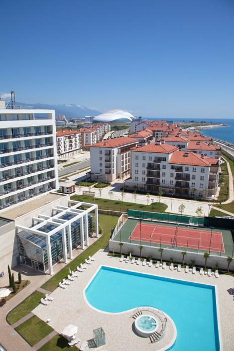 Вид на бассейн и Олимпийский парк из окон номера отеля Radisson Blu Resort & Congress Centre Sochi