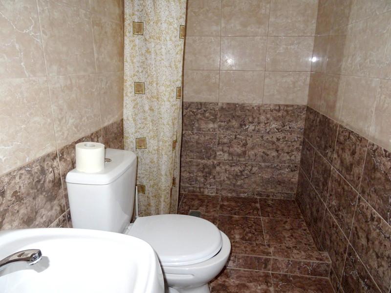 Туалетная комната Улучшенного трехместного номера отеля Райский уголок