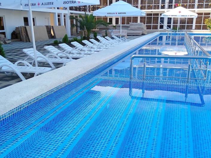 Зона отдыха у бассейна отеля Райский уголок