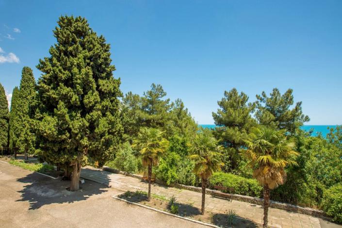 Вид на территорию и море с балкона номера отеля Резиденция Совиньон