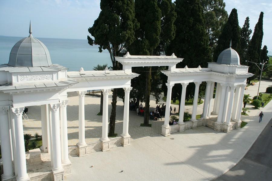 Вид на колоннаду из номера отеля Рица