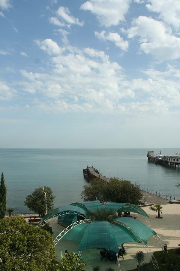 Вид на море и пирс из номера отеля Рица