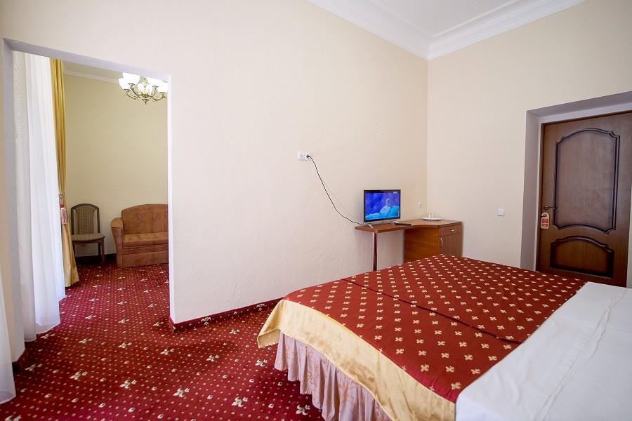 Полулюкс двухместный двухкомнатный на втором этаже парк-отеля Романова