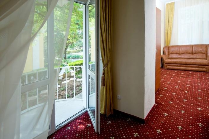 Люкс двухместный двухкомнатный на первом этаже парк-отеля Романова