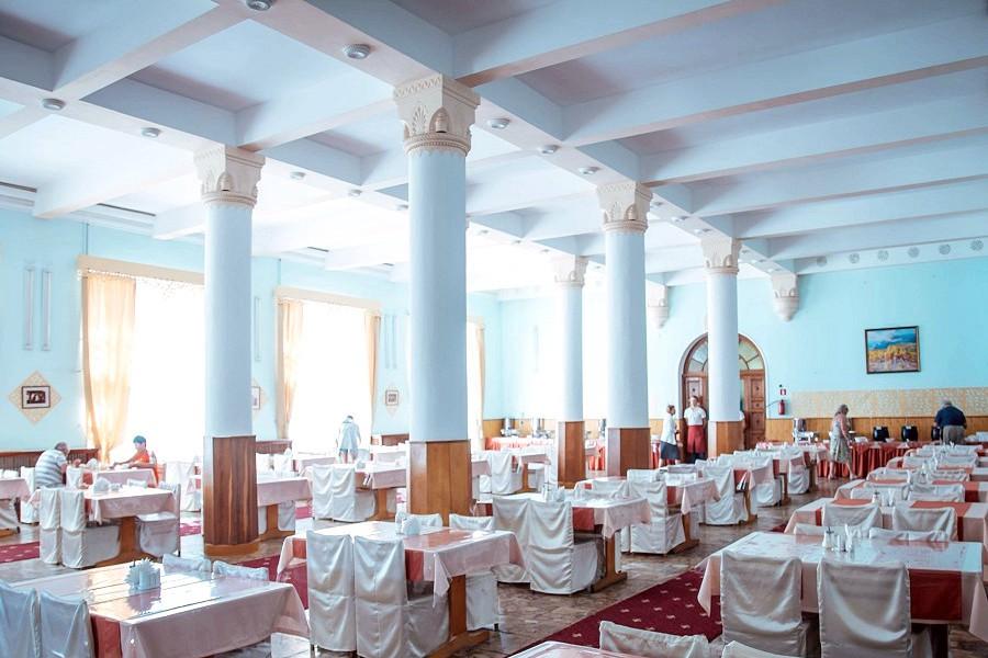 Зал ресторана парк-отеля Романова
